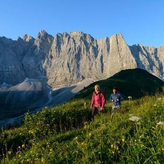 Wandern vor trumhafter Kulisse: die Lalidererwände mit Herzogkante. Foto: Wolfgang Ehn