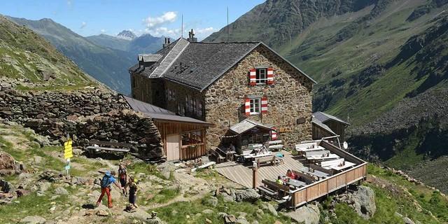 Wie das Idealbild einer Playmobil-Berghütte steht die Nürnberger Hütte über dem Tal. Foto: Stefan Herbke