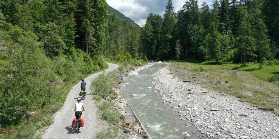 Entlang der Deutsch-Österreichischen Grenze geht es weiter Richtung Garmisch-Partenkirchen. Foto: Thorsten Brönner