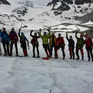 Glückliche Hochtourengruppe auf Eis und Schnee. Foto: Sarah Kästner