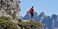 Die ruhige Wanderung auf den Sarlkofel (2378 m) bietet tolle Blicke auf die umstehenden Dolomitengipfel. Foto: Thorsten Brönner