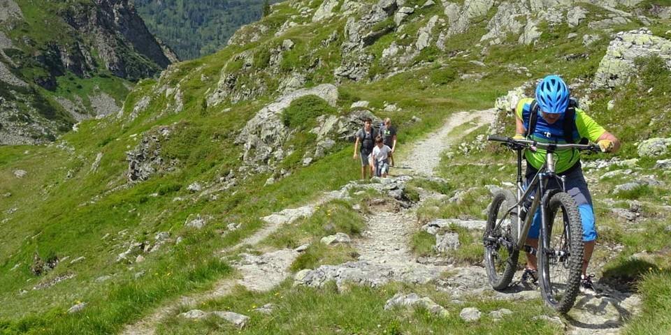 Taurista: Auf der langen Hochgebirgstraverse von der Oberhütte nach Obertauern gibt es auch einige Schiebe- und Tragepassagen. Foto: Traian Grigorian