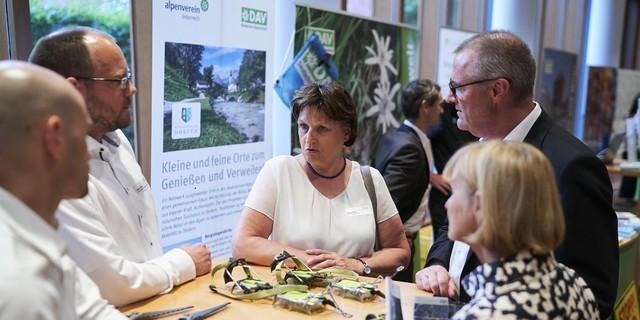 DAV-Vizepräsidentin Burgi Beste (mitte) im Gespräch mit Vertreterinnen und Vertretern der Bundespolitik. Foto: DAV/Henning Schacht