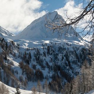 Auch die Kreuzspitze bietet schöne Hänge überm Lärchenwald. Foto: Ingo Röger