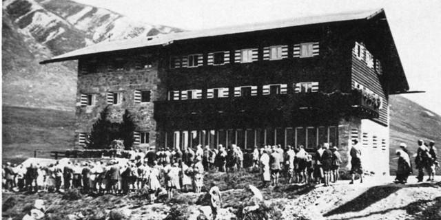 Neue Gründe für den Hüttenbau - das Skifahren. Dortmunder Hütte 1931. Archiv des DAV, München