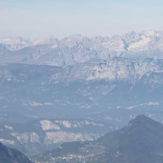 Valsugana-4©Traian Grigorian - Großes Breitwandkino mit Brentadolomiten-Kulisse auf dem La Bassa-Plateau unterm Monte Panarotta.     Foto: Traian Grigorian