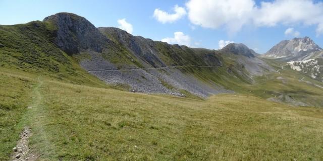 Tag 11: Eine technische Pfadtraverse führt in Hanglage vom Colle Valcavera zum Monte Omo.
