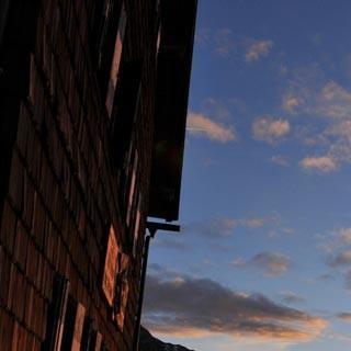An der Zwickauer Hütte - Bahn frei fürs Erleben! Die Sonne steigt in einen makellosen Tag über der Zwickauer Hütte.