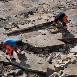 Nepalische Wegbauer unterhalb der Gaustahütte sorgen für Gehkomfort in der Steinwüste. Foto: Antes & Antes