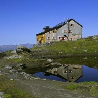 Schmuckstück in der Granatspitzgruppe: Sudetendeutsche Hütte, Foto: Archiv DAV
