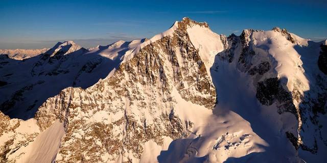 März: Der Biancograt zum Piz Bernina erstrahlt im Abendlicht. Foto: Robert Bösch