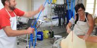Alles Käse! Auf der Osterguntenalpe ist noch reine Handarbeit angesagt.