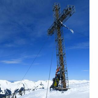 Das imposante Gipfelkreuz des Hohen Fraßen. Foto: Stefan Herbke