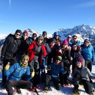 Gruppe mit SChneeschuhen am Gipfel. Foto: Ben Miroux.