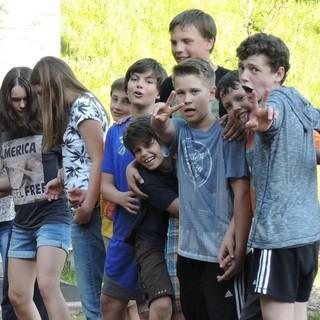 Schüler*innen bei Problemlöseaufgabe auf dem Gelände der Jubi. Jubiarchiv/Caro North