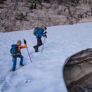 Frühmorgendlicher Aufstieg auf dem Tuckettgletscher – hier sind im Zweifel Grödel/Steigeisen angesagt. Foto: Ralf Gantzhorn