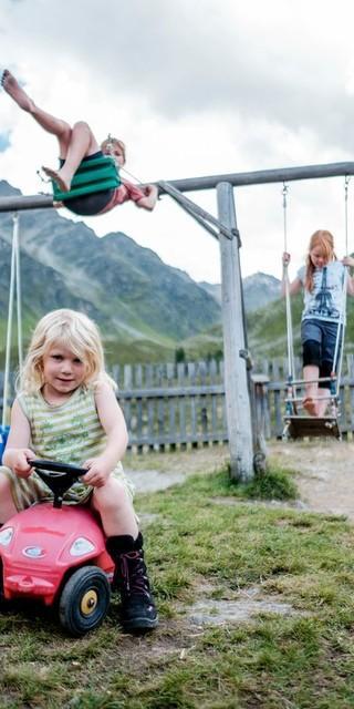 Spielen macht Spaß - ob in den Bergen oder im Garten des Alpinen Museums, Foto: DAV/Hans Herbig