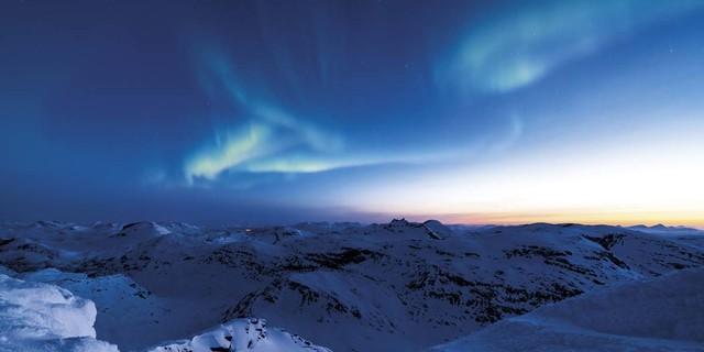 Januar: Morgendämmerung am Naevertind (Norwegen), Foto: Gunar Streu