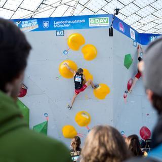 Alex Megos bouldert vor dem Publikum des Münchener Olympiastadiums auf dem BWC 2019. Foto: DAV/Vertical Axis