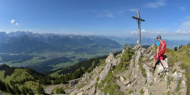 Hoch überm Rheintal. Vom Schnifnerberg zur Tälispitze führt das erste Stück des Weges am Walserkamm. Foto: Stefan Herbke