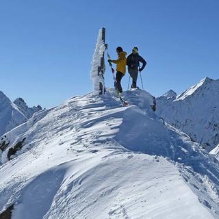 Eisiger Raureif am Gipfelkreuz des Samerschlag über der Pforzheimer Hütte. Foto: Stefan Herbke