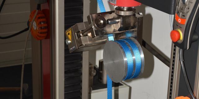 Um die z.B. die Zugfestigkeit von Seilen oder Schlingen zu testen, kommen Maschinen zum Einsatz. Foto: DAV/Sifo