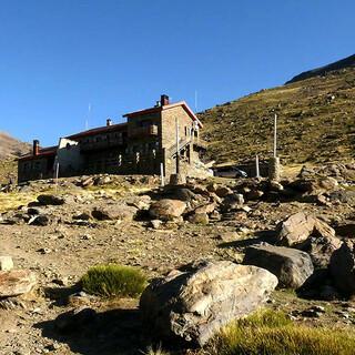 Unterkunft: Das Refugio Poqueira ist vielbesuchter Stützpunkt nahe der Gipfel. Foto: Josef Schlegel