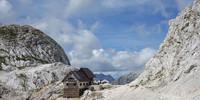 Schön und nah am Triglav gelegen: die Dolič-Hütte. Foto: Christof Herrmann