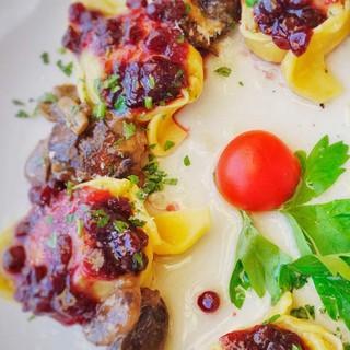 Pfiffig arrangierte Gerichte tischt die regional orientierte feine Küche im Rifugio Flora Alpina am Passo di San Pellegrino auf. Foto: Joachim Chwaszcza