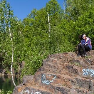 Gemütliche Rast auf den Stufen eines aufgelassenen Steinbruchs. Foto: DAV/Ingo Röger
