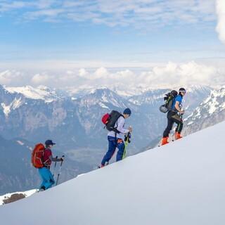 Kurs-Teilnehmende beim Aufstieg einer Skitour abseits der Piste, Foto: JDAV/Silvan Metz