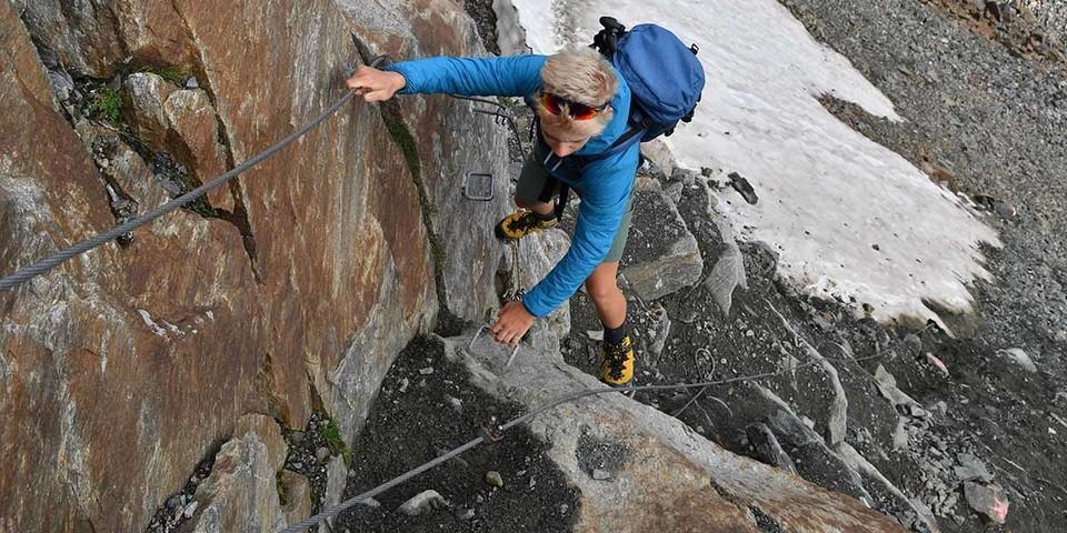 Aufmerksam sein heißt esauf dem teilweise gesicherten Steig durch den steilen Hang unter der Grawagrubennieder. Foto: Stefan Herbke
