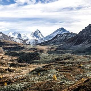 Oktober: Das Bishorn links und das Weisshorn mit der Tsa du Toûno im Vordergrund, Foto: Thomas Senf