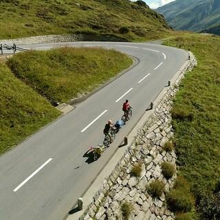 Anstiege gibt es auf der Tour der beiden Alpinistinnen genug. Foto: Jochen Schmoll