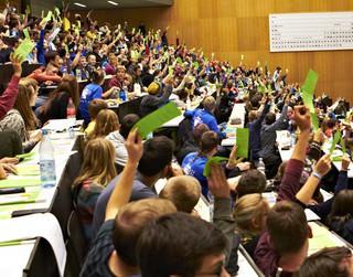 Das Plenum stimmt zu den verschiedenen Anträgen ab. Foto: JDAV/Ben Spengler