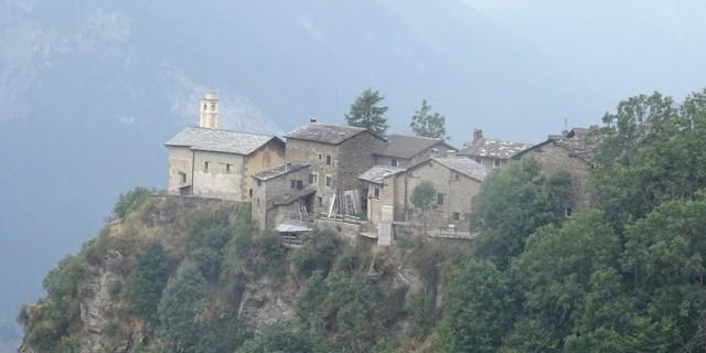 Tag 10: Uralte Ortschaften wie San Martino im Mairatal versetzen die Alpencrosser zurück in längst vergangene Zeiten.