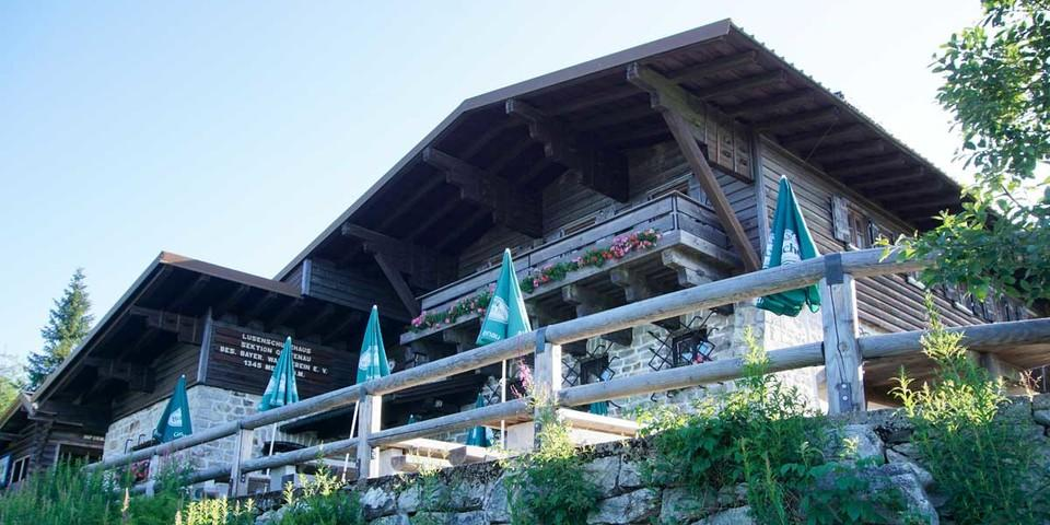 Das Lusenschutzhaus liegt kurz unterhalb des Gipfels und gehört der Sektion Grafenau des Bayerischen Wald-Vereins. Foto: Joachim Chwaszcza