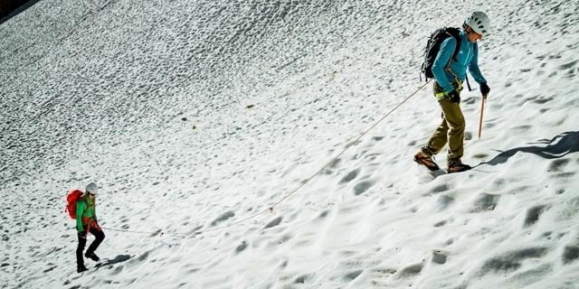 Gletscherseilschaft - Bei schlechter Sicht oder nicht-aperem Gletscher im Frühsommer erforderlichenfalls anseilen.