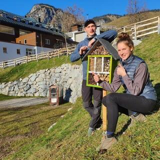 Jubi - FÖJler Franzi und Hannes mit selbst gebautem Insektenhotel; Foto: Nico Löder