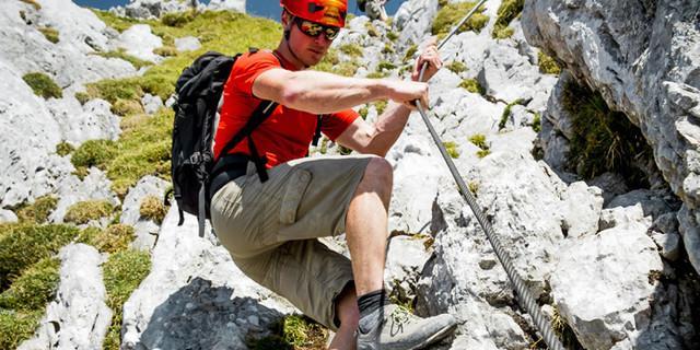 Steile bergab-Passage mit Drahtseil