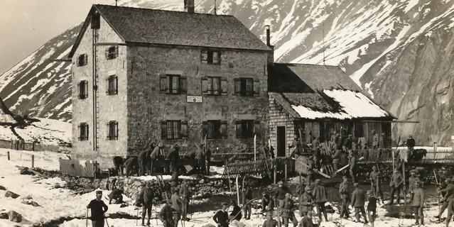 Unterkünfte im Ersten Weltkrieg: Schneeschuhbataillon vor der Kemptner Hütte während des Ersten Weltkrieges. Archiv des DAV, München