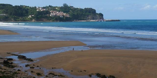 An der Playa de la Griega bei Lastres kann man auf Spuren von Dinos wandern. Foto: Antes & Antes
