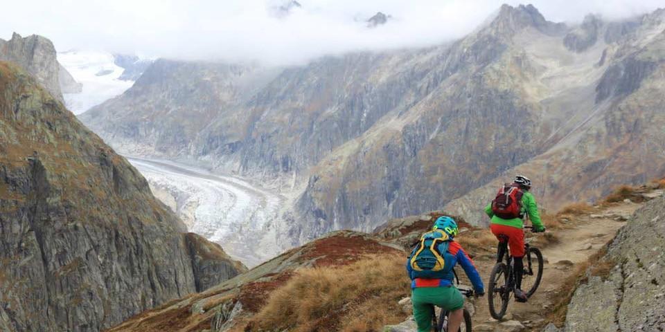 Glaciara: Singletrail-Traverse auf luftigem Gebirgspfad mit Blick auf den Fiescher Gletscher, Foto: Traian Grigorian