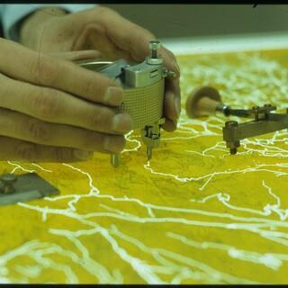 Schichtgravur auf Glas mit einem Gravurring, Foto: DAV