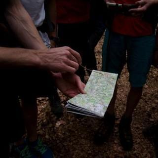 Kartenlesen im Gelände. Foto: Felix Friedl