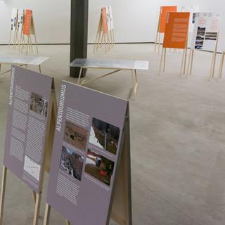 Die Wanderausstellung - Beispielhafte Anordnung der Ausstellungselemente (Ländertexte in orange, Hauptkapitel (Wasserkraft, Tourismus und Klimawandel) in grau, Projekttafeln in weiß)&nbsp&#x3B;
