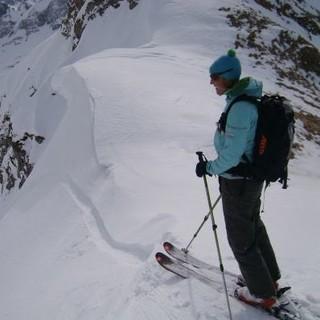 Skitourengeherin kurz vor der Abfahrt. Foto: Claudia Wegmann