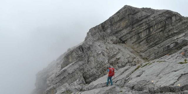 Gute Sicht erwünscht. Trotz konsequenter Markierung kann die Braunarlspitze bei Nebel das Gruseln lehren. Foto: Stefan Herbke