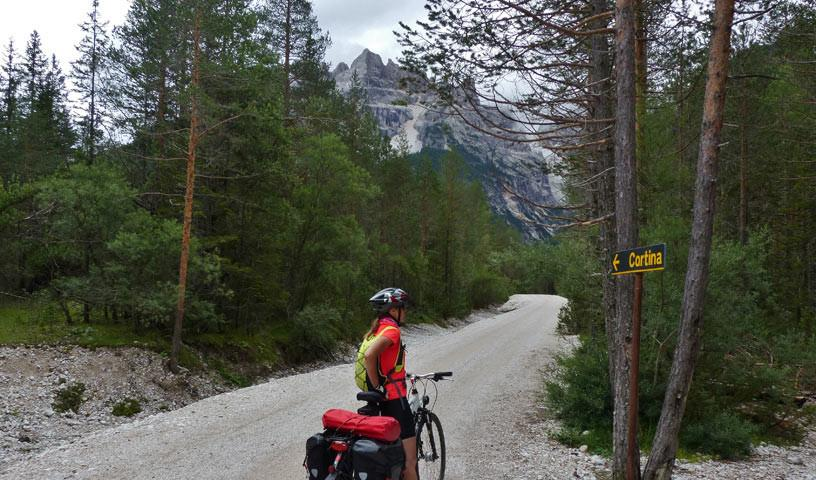 Vor Cortina d'Ampezzo - Bald geht's wieder bergab: Auffahrt auf Schotterstraße vor Cortina