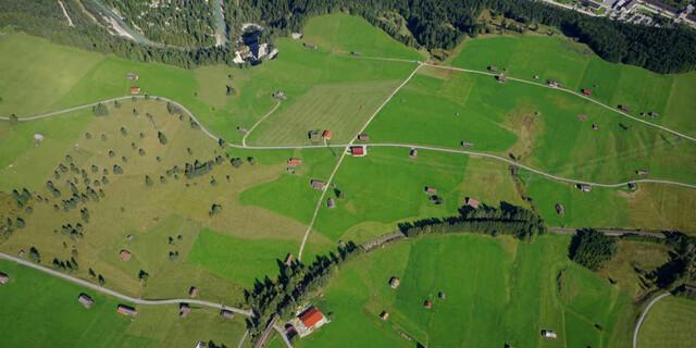 Felder und Wiesen gleichen aus der Luft Modellbaulandschaften. Foto: Till Gottbrath